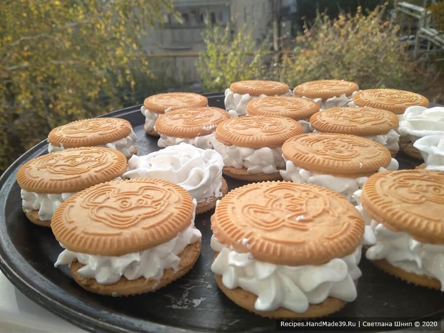 Суфле-зефир – фото шаг 13. Оставить печенья с кремом сохнуть (стабилизироваться) примерно на 10 часов. Время зависит от влажности в вашем помещении. Приятного аппетита!