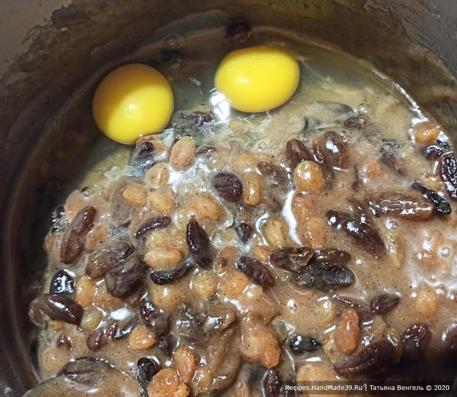 Пряный заварной кекс – фото шаг 3. Добавить яйца, перемешать
