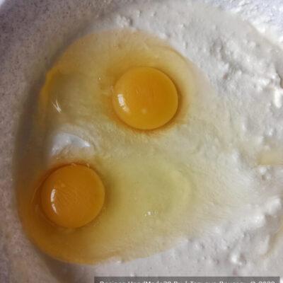 Запеканка «Зебра» – фото шаг 2. Добавить яйца, перемешать