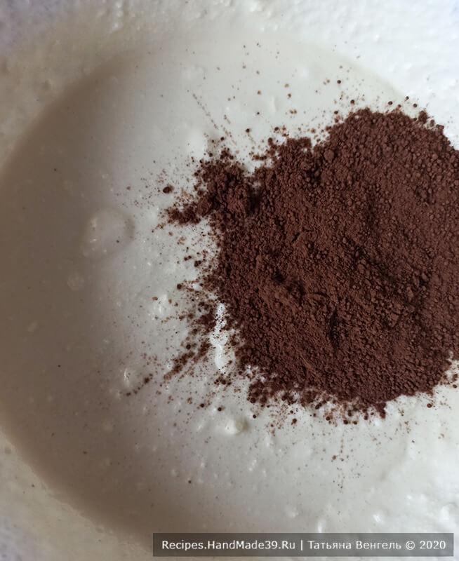 Запеканка «Зебра» – фото шаг 4. Тесто разделить на две части, в одну часть добавить какао-порошок, перемешать