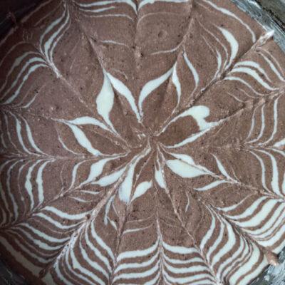 Запеканка «Зебра» – фото шаг 6. Сверху сделать рисунок ножом или зубочисткой от центра к краям формы