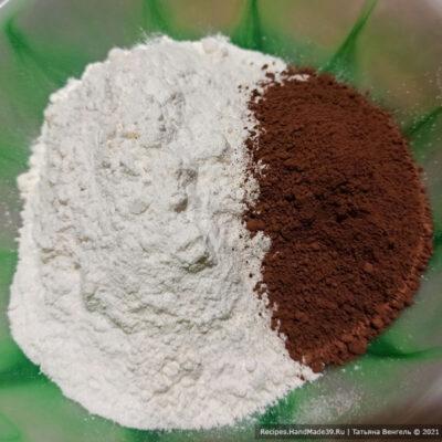 Шоколадно-творожный манник – фото шаг 6. Отдельно смешать муку с какао-порошком