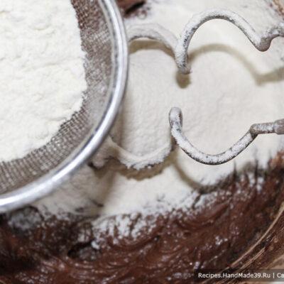 Печенье «Шишки» – фото шаг 5. Муку просеять, смешать с разрыхлителем