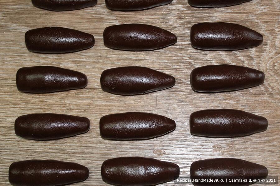 Печенье «Шишки» – фото шаг 7. Тесто разделить на кусочки, из которых сформировать удлинённые овалы-заготовки