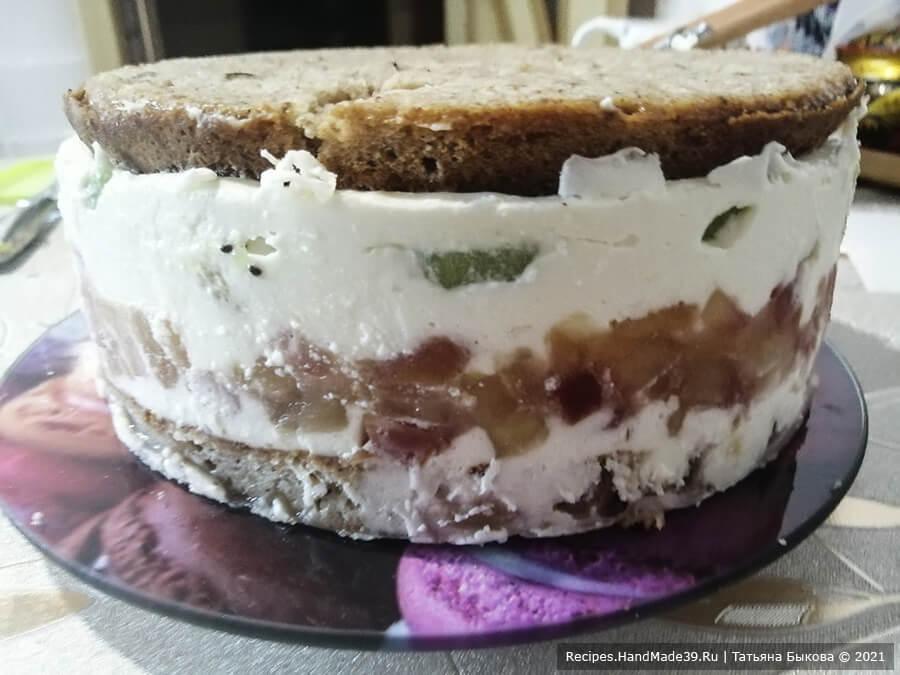 Фруктовый бисквитный торт – фото шаг 14. Далее нанести крем №1, накрыть вторым коржом