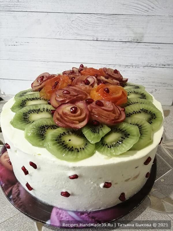 Фруктовый бисквитный торт – фото шаг 16. Украсить торт фруктами. Приятного аппетита!