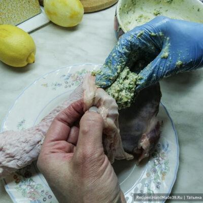 Голень индейки в беконе – фото шаг 2. Голени индейки вымыть, просушить. Рукой приподнять шкурку, вложить масло и распределить его под шкуркой