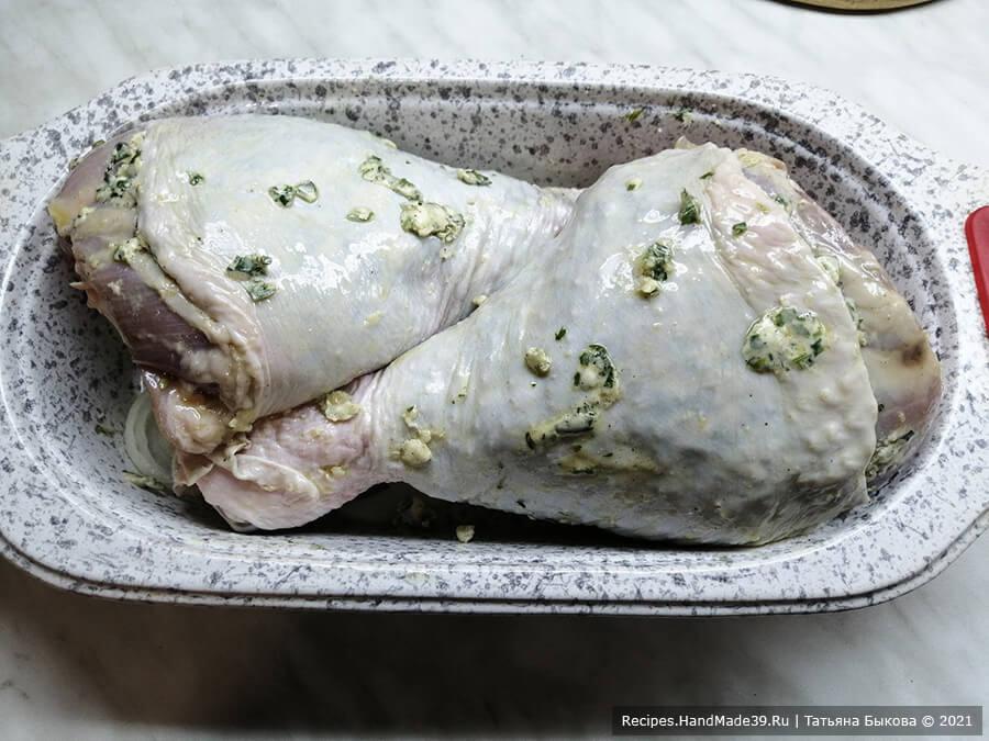 Голень индейки в беконе – фото шаг 6. Сверху выложить голени. Поставить на 15 минут в духовку, разогретую до температуры 200 °C