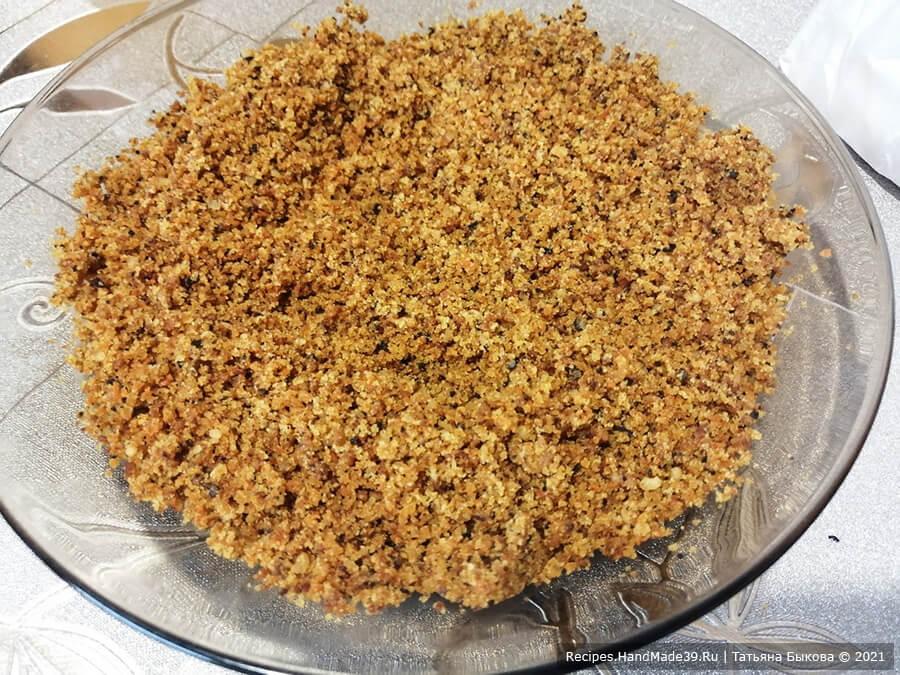 Морковный торт с творожным кремом – фото шаг 8. У остывшего бисквита срезать шапочку, измельчить её в крошку для обсыпки