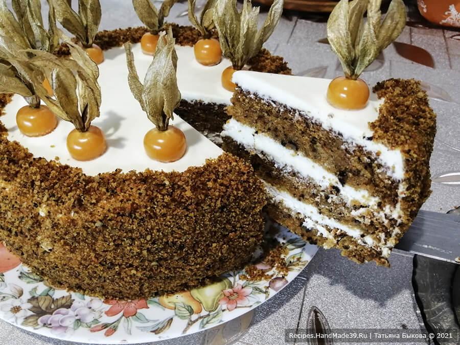 Морковный торт с творожным кремом – фото шаг 11. Бока торта щедро обсыпать крошкой, слегка прижимая её. Верх украсить ягодами физалиса, подняв его листочки вверх, имитируя морковь, торчащую из грядки. Приятного аппетита!