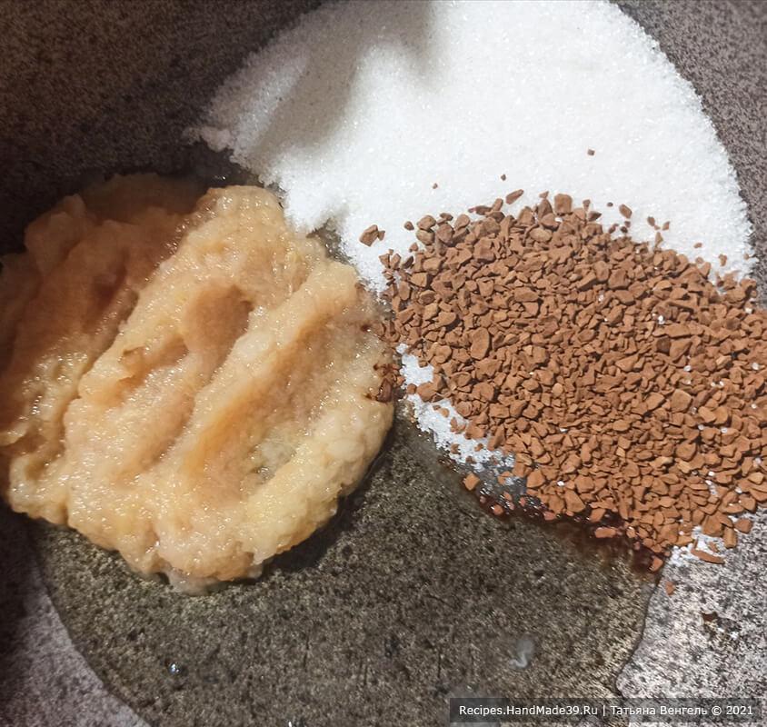 Кофейный зефир – фото шаг 1. Соединить яблочное пюре, сахар, яичный белок, лимонную кислоту и сублимированный кофе