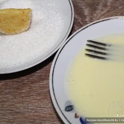 Печенье «Мандариновые дольки» – фото шаг 8. Каждую дольку обмакнуть в яично-молочную смесь и обвалять в сахаре