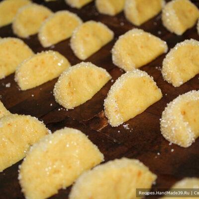 Печенье «Мандариновые дольки» – фото шаг 9. «Мандариновые дольки» после окунания в яично-молочную смесь, обваленные в сахаре