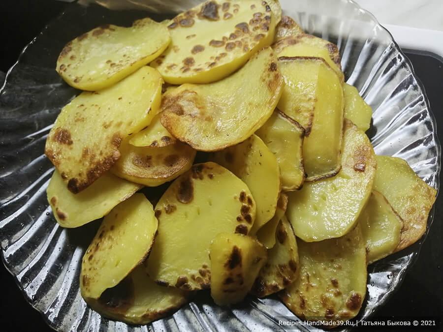 Мусака по-болгарски – фото шаг 5. Картофель нарезать на тонкие пластинки и обжарить с двух сторон