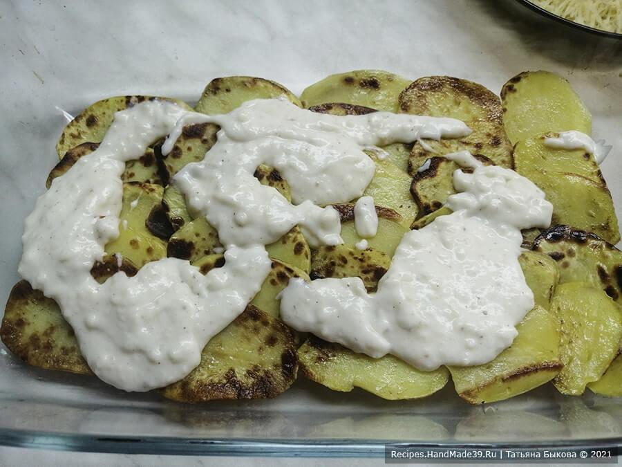 Мусака по-болгарски – фото шаг 8. На дно формы выложить чешуйками (внахлест) картофель. Полить соусом