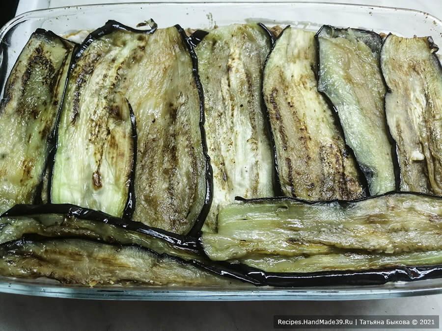 Мусака по-болгарски – фото шаг 10. Затем выложить 1/2 часть баклажан, снова соус, сыр
