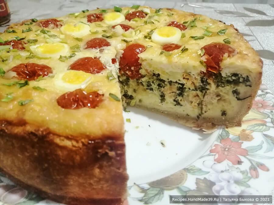 Киш с картофельным пюре – фото шаг 14. Готовый пирог вынуть из формы и украсить зелёным луком. Пирог хорош и в горячем, и в холодном виде. Приятного аппетита!