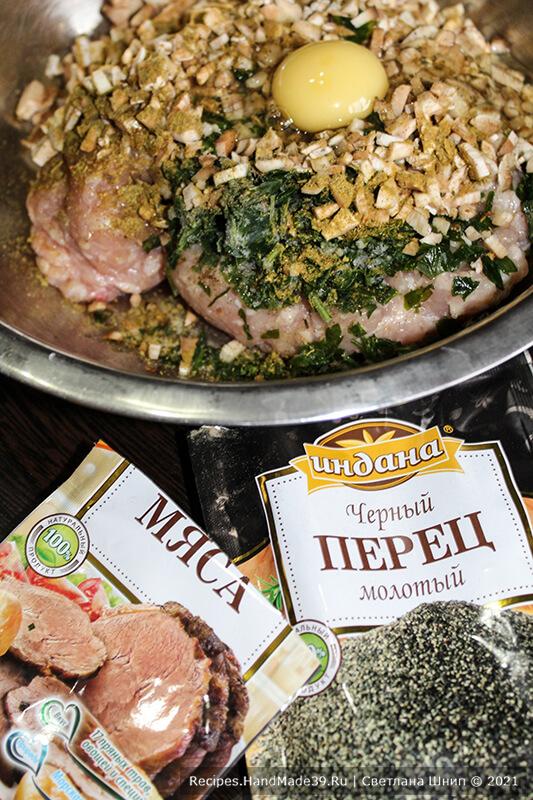 Фаршированные шампиньоны – фото шаг 3. Добавить в фарш яйцо, соль, перец, специи для мяса