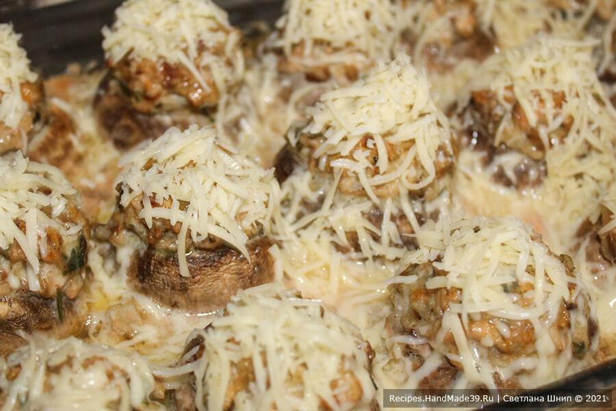 Фаршированные шампиньоны – фото шаг 9. Затем вынуть из духовки, посыпать тёртым сыром и снова поставить в духовку на 10 минут до золотистого цвета