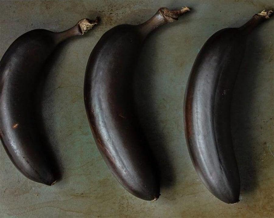 Банановый хлеб – фото шаг 1. Запекайте бананы в течение 25-35 минут. Кожура бананов должна стать чёрная и очень блестящая