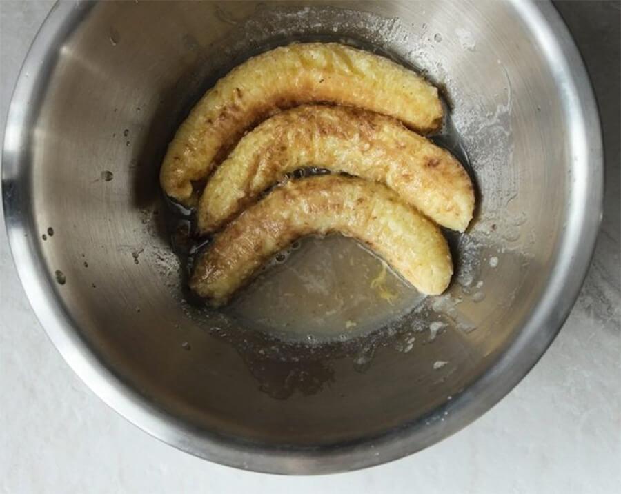 Банановый хлеб – фото шаг 3. Как только банан остынет, нужно размять его и добавить к влажным ингредиентам