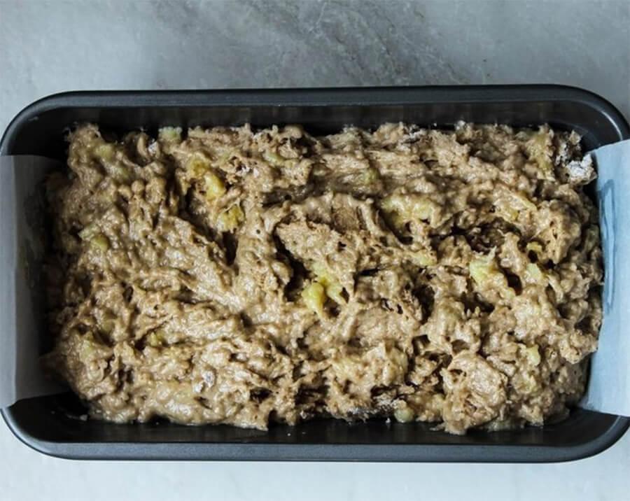 Банановый хлеб – фото шаг 5. Вылейте тесто в форму для хлеба. Выпекайте хлеб 45 минут в духовке, разогретой до температуры 180 °C