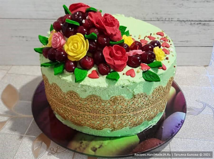 Ягодный торт с конфи – фото шаг 14. В декоре ягодного торта на шифоновом бисквите с малиновым конфи используется вафельное кружево. Приятного аппетита!