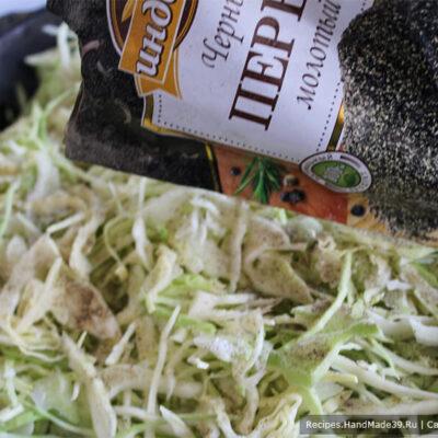 Пирог с капустой на кефире – фото шаг 2. Шинкуем капусту. Томим её на масле минут 5 на медленном огне. Соль и перец добавляем по вкусу