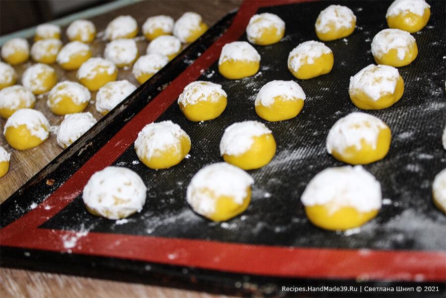 Печенье «Мимоза» – фото шаг 12. Из теста сформировать шарики. Каждый шарик обмакнуть с одной стороны в сахарную пудру и выложить на противень, застеленный пергаментом, сахарной стороной вверх