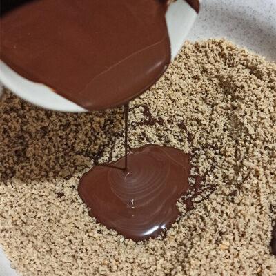 Халва шоколадная – фото шаг 5. В ореховую смесь влить шоколад