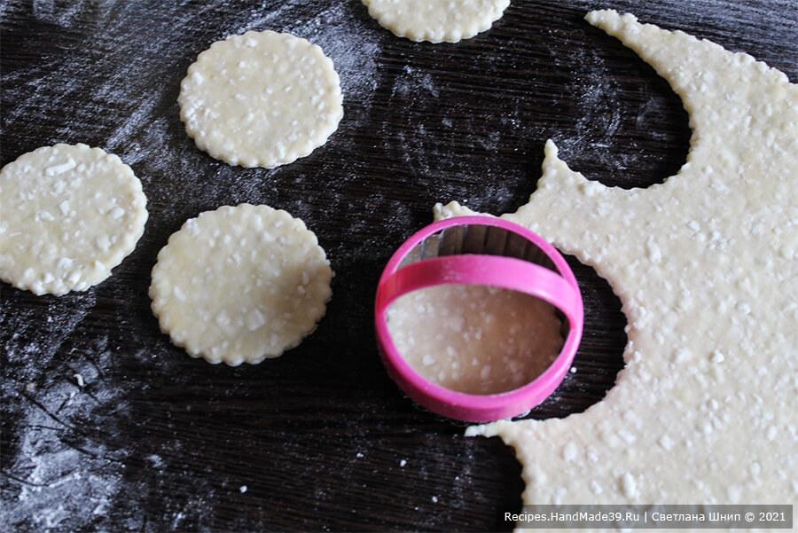 Творожное печенье «Розочки» – фото шаг 6. Раскатать тесто скалкой, выемкой вырезать из теста круглые заготовки