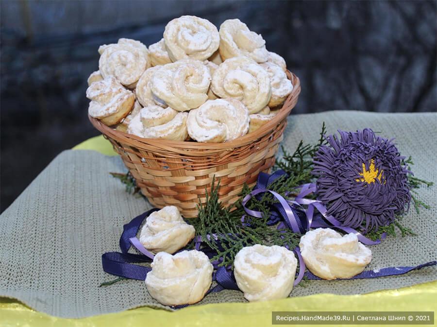Творожное печенье «Розочки» – фото шаг 10. Выпекать печенье 20-25 минут в духовке, разогретой до температуры 180 °C. Готовое остывшее печенье по желанию можно посыпать сахарной пудрой. Приятного аппетита!