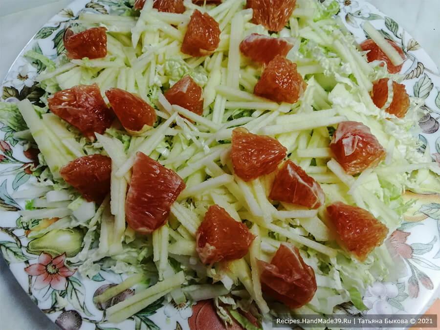 Салат с крабовыми палочками и пекинской капустой – фото шаг 3. Апельсин или грейпфрут очистить, разобрать на дольки. Разрезать на 3 части каждую дольку