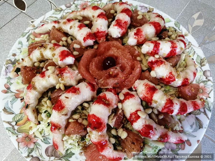 Салат с крабовыми палочками и пекинской капустой – фото шаг 5. Сверху салат посыпать поджаренными кедровыми орешками. Приятного аппетита!