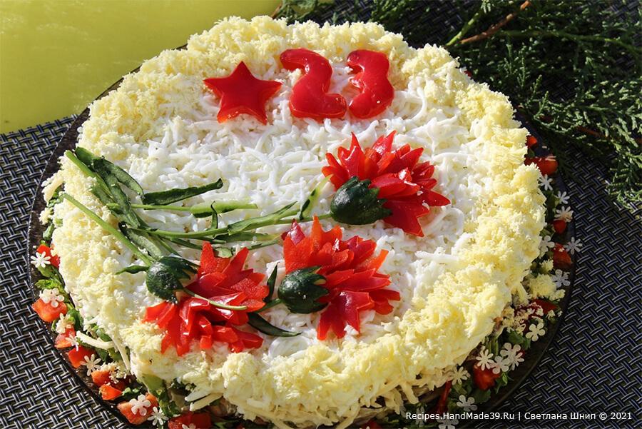 Салат с морским коктейлем и яйцом – фото шаг 9. Украсить салат по своему вкусу. Я оформляла салат ко Дню защитника Отечества (23 февраля), поэтому сделала гвоздики из сладкого перца и свежего огурца, звёздочку и цифры 23. Приятного аппетита!