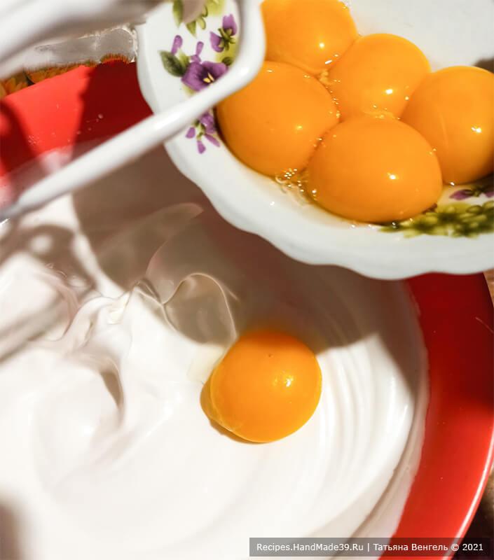 Торт «Трюфельный» – фото шаг 4. По одному ввести в тесто яичные желтки, взбивая дальше