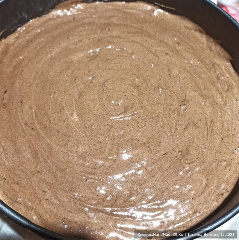 Торт «Трюфельный» – фото шаг 8. Тесто выложить в форму, дно которой застелить пергаментом. Выпекать около 40 минут в духовке, разогретой до температуры 180 °C