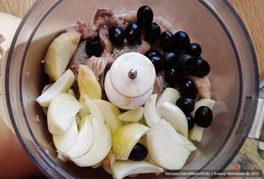 Форшмак – фото шаг 5. Соединить сельдь, яблоко, лук, оливки. Измельчить в кухонном комбайне или мясорубке