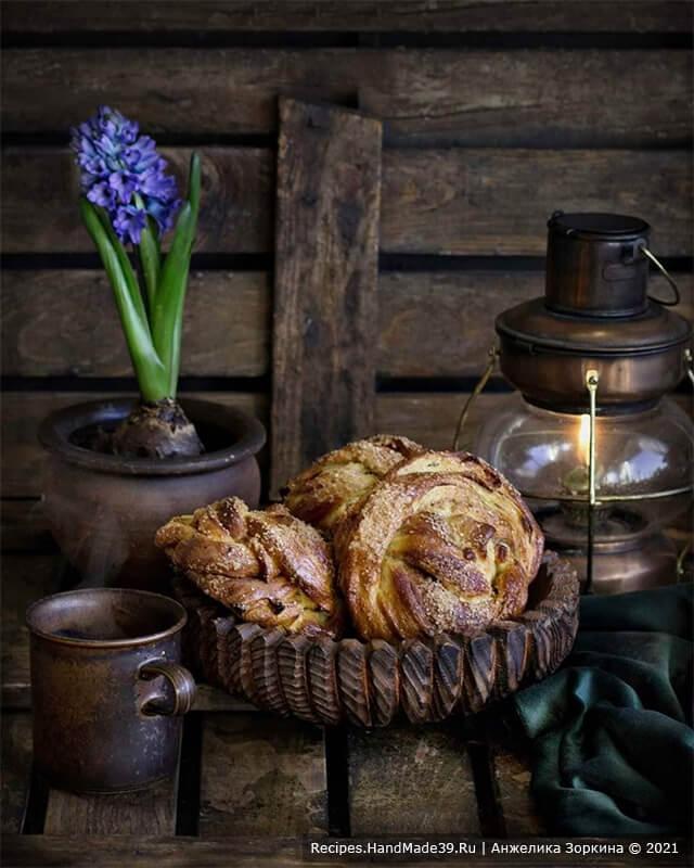 Булочки без яиц, сливочного масла и молока – фото шаг 9. Выпекать булочки в духовке следует минут 20 при температуре 200 °C. Приятного аппетита!