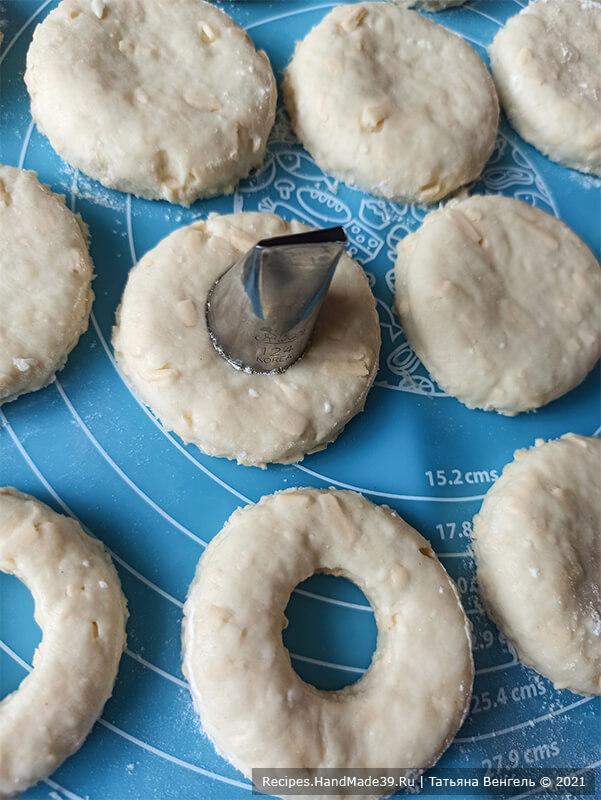 Сырно-творожные кольца – фото шаг 8. Раскатать тесто в пласт толщиной 1-1,5 см. Вырезать стаканом круги, в серединке сделать отверстие меньшего диаметра
