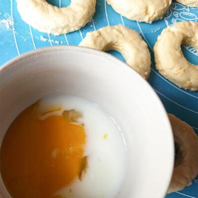 Сырно-творожные кольца – фото шаг 9. Яичный желток смешать с молоком