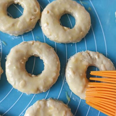Сырно-творожные кольца – фото шаг 10. Смазать бублики смесью