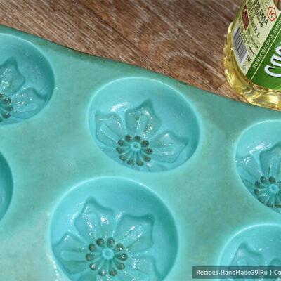 Сырники без муки в духовке – фото шаг 8. Смазать форму для выпечки кексов подсолнечным маслом