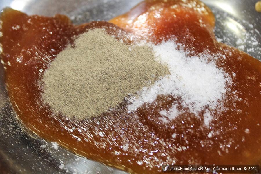 Рыба в медово-соевом маринаде – фото шаг 1. Приготовление маринада для рыбы: соединить мёд, свежемолотый чёрный перец, соль и кусочек свежего натёртого имбиря