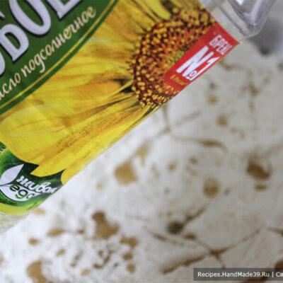 Галетные хлебцы – фото шаг 3. Добавить растительное масло