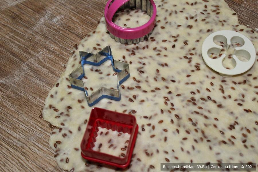 Домашний крекер – фото шаг 6. Тесто разделить на 2 части, раскатать в пласт толщиной 2-3 мм. Вырезать печенье произвольной формы