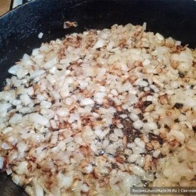 Картофельные зразы – фото шаг 5. Нарезанный репчатый лук обжарить на подсолнечном масле до золотистого цвета