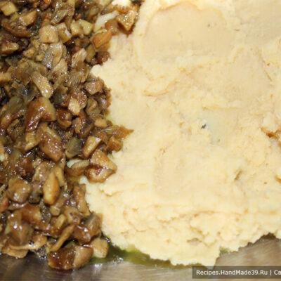 Картофельные зразы – фото шаг 8. Соединить гороховое пюре и грибы с луком