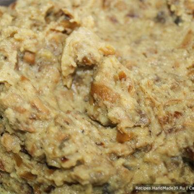 Картофельные зразы – фото шаг 9. Добавить молотый перец, по желанию можно добавить любимые специи, грибной кубик