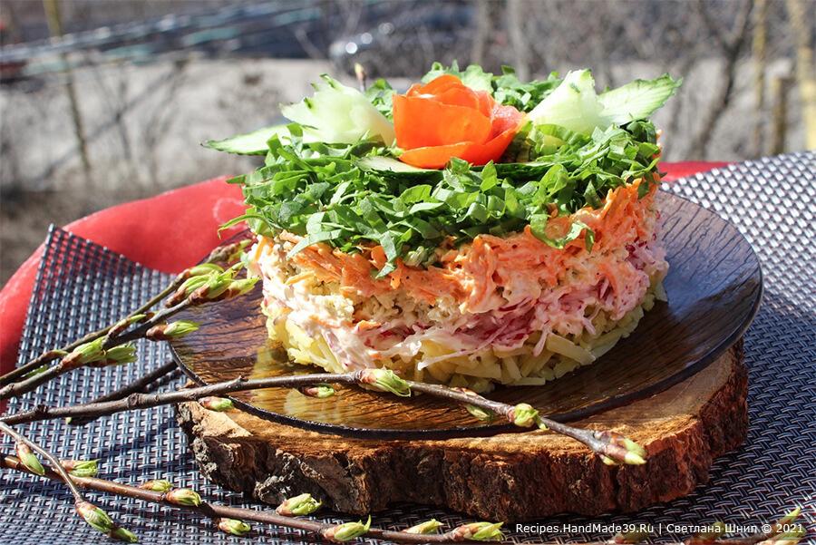 Салат с редькой и редисом – фото шаг 14. По желанию салат с зелёной редькой и редисом можно украсить овощами. Приятного аппетита!